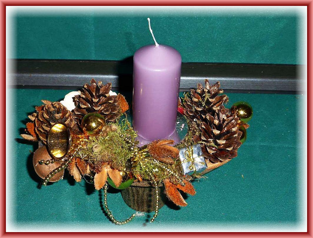 Kleines, hochbeiniges 1er Gesteck auf Rundholz mit helllila Stumpenkerze, mit Birkenporling, Schmetterlingstramete, Striegeliger Tramete, Kiefernzapfen und Weihnachtsdekoration zu 5.00 € - Verkauft.