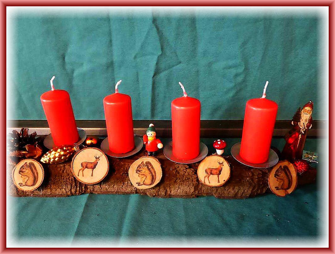 32. Knapp 50 cm langes, etwa 8 cm tiefes 4er Gesteck mit roten Stumpenkerzen auf nackter, stabiler Baumrinde mit Zapfen, Buchenfruchtschalen, Weihnachtsmann, Baumscheibchen mit Wildtierporträts zu 12.50 €.
