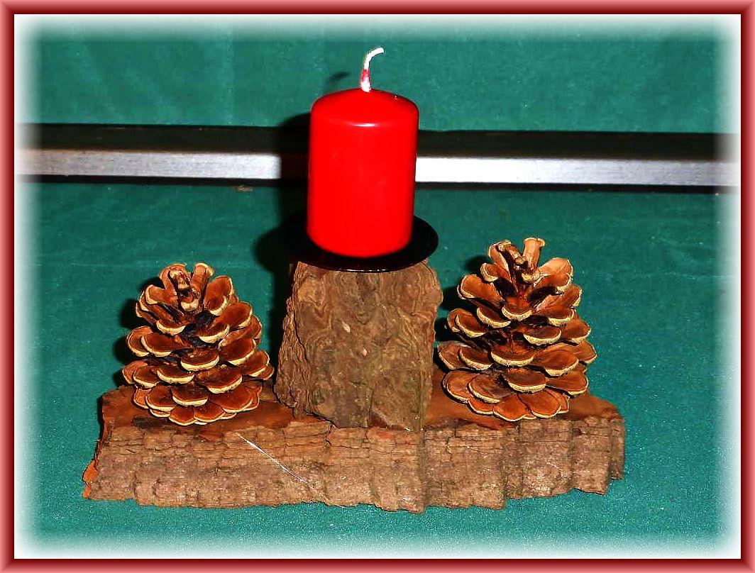 Kleines, schlichtes und natürliches 1er Gesteck mit roter Stumpenkerze auf geschichtetem Baumrindenholz zu 4.00 €.