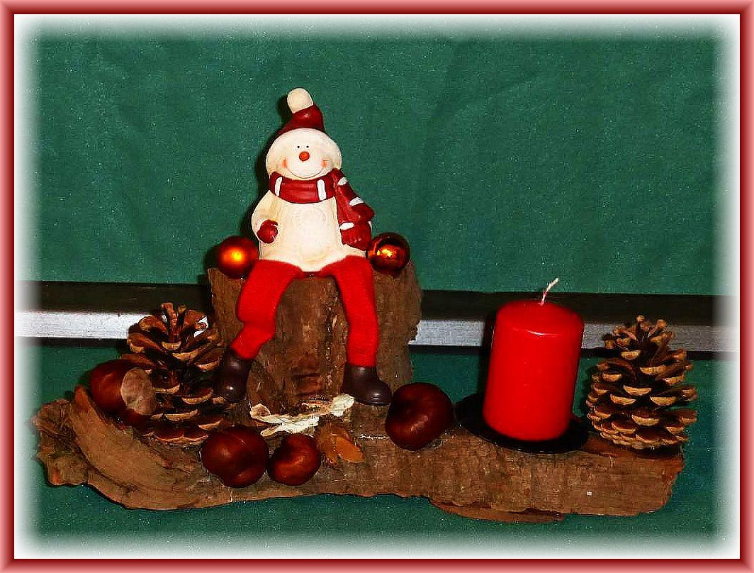 Schmales, natürliches 1er Gesteck auf Rindenholz mit roter Stumpenkerze, Kiefernzapfen, Kastanien, Schmetterlingstramete, Buchenfruchtschalen mit drauf sitzendem Wintermännchen zu 8.00 €.