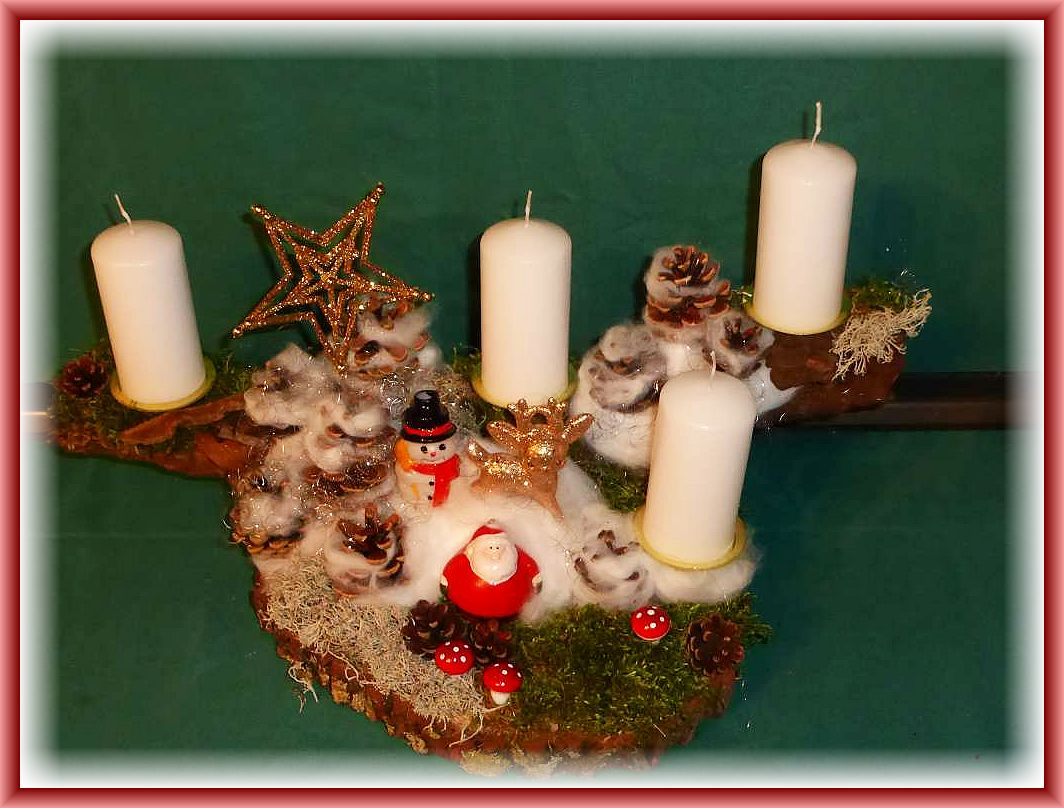 Großes 4er Gesteck auf Baumrinde und Holzscheibe, Moos, Rentierflechte, Kiefernzapfen, wattigem Schnee mit Schneemann, weißen Stumpenkerzen und weiterer Dekoration zu 25.00 €.