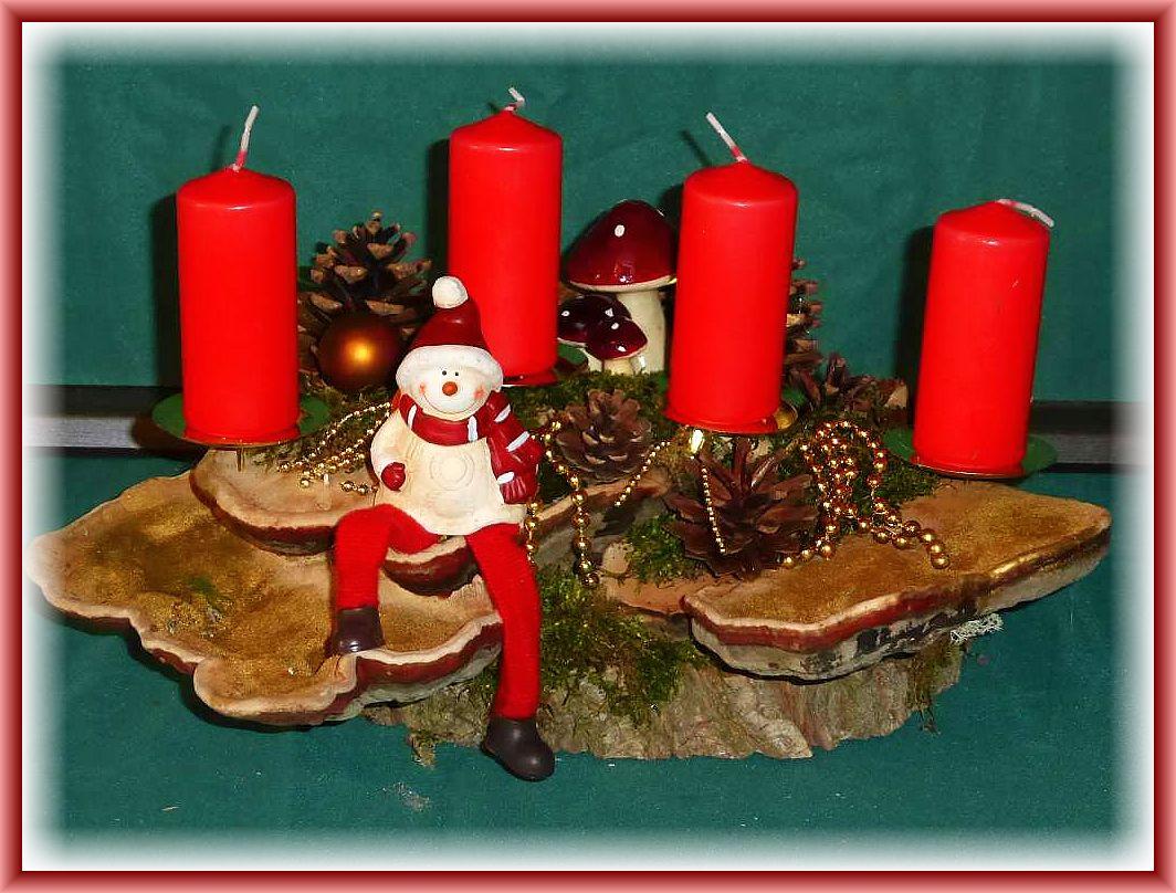 Recht großes, kompaktes 4er Gesteck auf Holzscheibe und großem Rotrandigem Baumschwamm mit Kiefernzapfen, Fliegenpilz - Gruppe. Goldperlenketten und sitzender Winterfigur, gut 30 mal 20 cm zu 20.00 €.