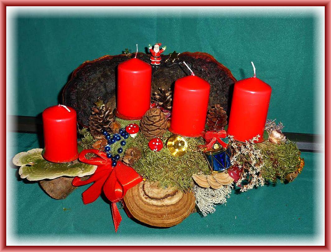 51. Recht großes. kompaktes 4er Gesteck auf Holzscheibe und Astgabel mit großem Rotrandigem Baumschwamm, Buckel- und Striefeligen Trameten, Echtem Zunderschwamm, Moos, Kiefern- und Mammutbaum - Zapfen, Rentierfleckte, Trockenkräutern und etwas Weihnachtsdekoration zu 15.00 €.