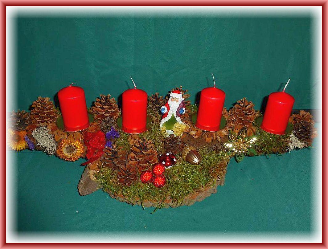 52. Großes, etwa 60 cm langes und bis 20 cm tiefes 4er Gesteck auf Holzscheibe, stabiler Baumrinde, Moos, Kiefernzapfen,Strohblumen, Weihnachtsmann und weiterer, dezenter Weihnachtsdekoration zu 15.00 €.