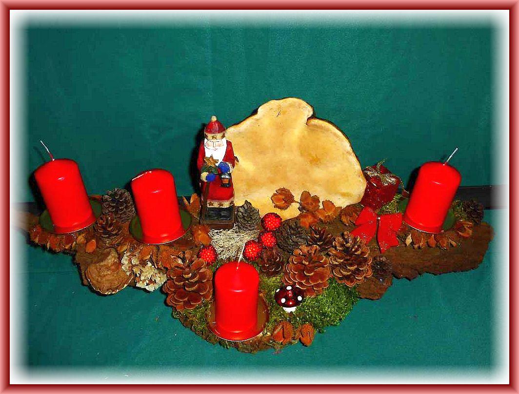 53. Großes 4er Gesteck auf Holzscheibe und stabiler Baumrinde mit roten Stumpenkerzen, Rotrandigem Baumschwamm, Moos, Rentierflechte, Kiefernzsapfen, Buchenfruchtschalen, Weihnachtsmann und weiterer Weihnachtsdekoration, etwa 60 cm lang und bis 20 cm tief zu 20.00 €.