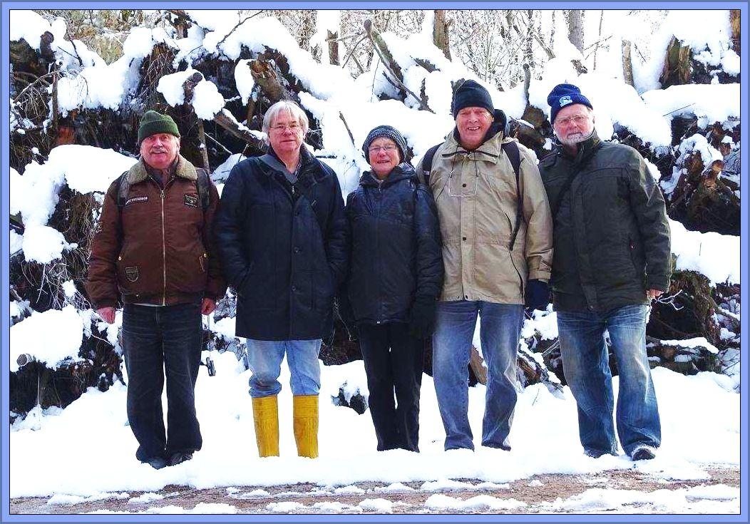 Unser Gruppenfoto, ein tief winterliches Abschlufoto einer sehr schönen, außergewöhnlich stimmungsvollen Jahresabschlußexkursion im Dalliendorfer Forst am 13. November 2016.