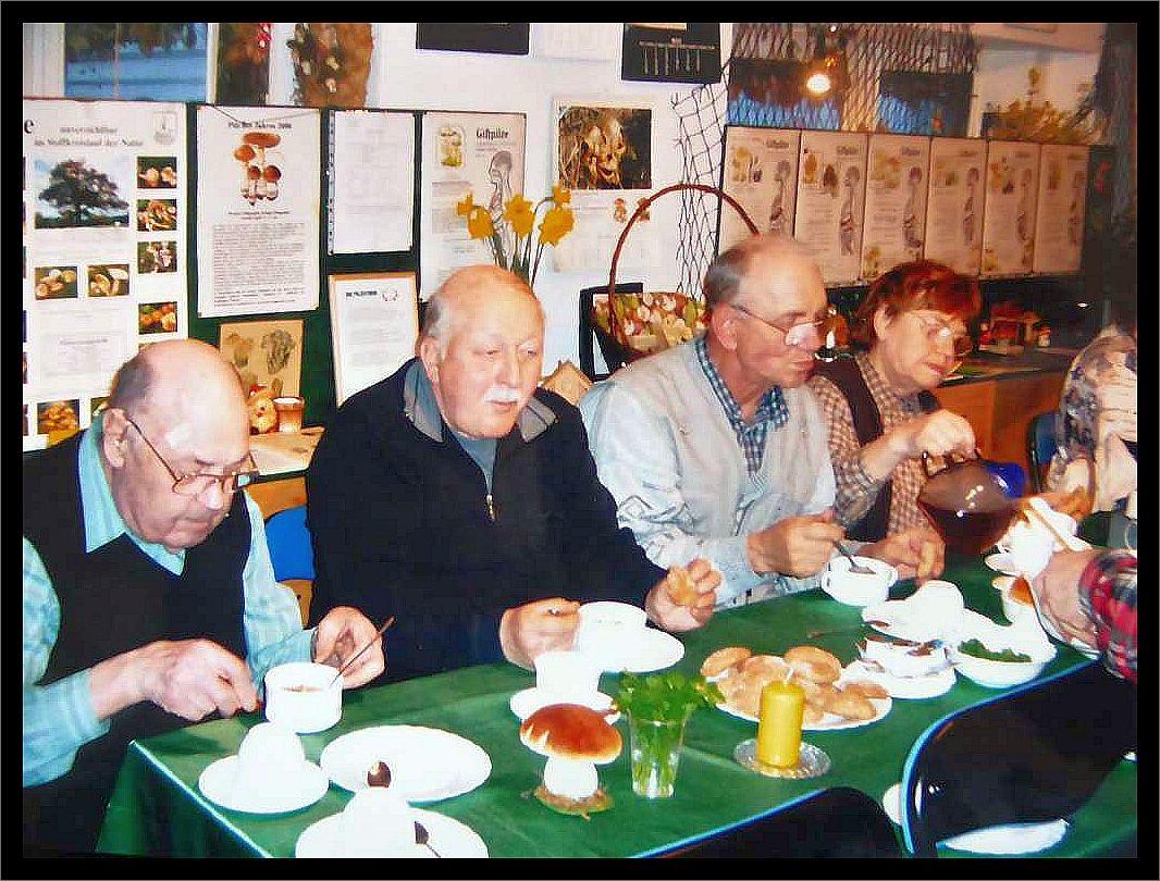 Helmut Kalau in Mitten weiterer Pilzfreunde an einem unserer Vereinstreffen im Steinpilz - Wismar um das Jahr 2005 herum.