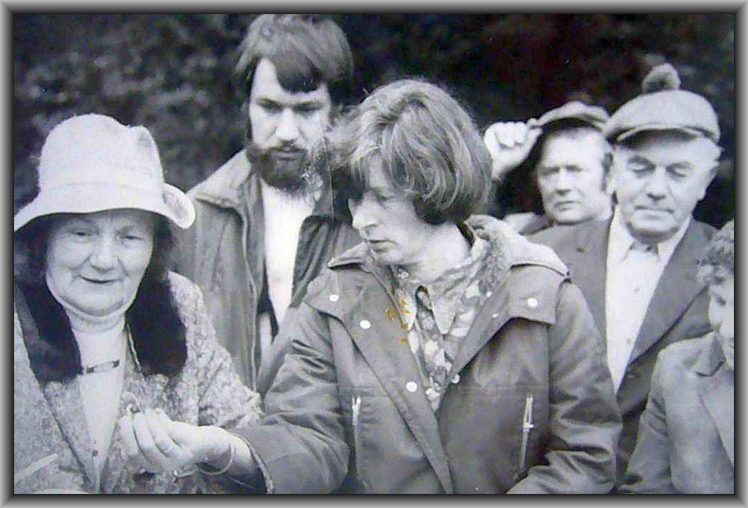 Rechts Kreispilzsachverständige Annalotte Heinrich und in der Mitte die Wismarer Ortsbeauftragte Sigrid Steinbrecher während einer Pilzwanderung um 1980 herum.