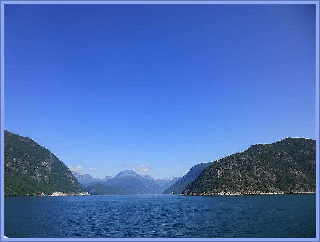 Die schönste Seereise der Welt soll sie sein. Die Tour mit der Hutugruten an Norwegens Fjordküste von Bergen bis nach Kirgeness. Unzählige Fjorde und die einzigartige Bergwelt machen die Reise zu einem unvergeßlichen Erlebnis.