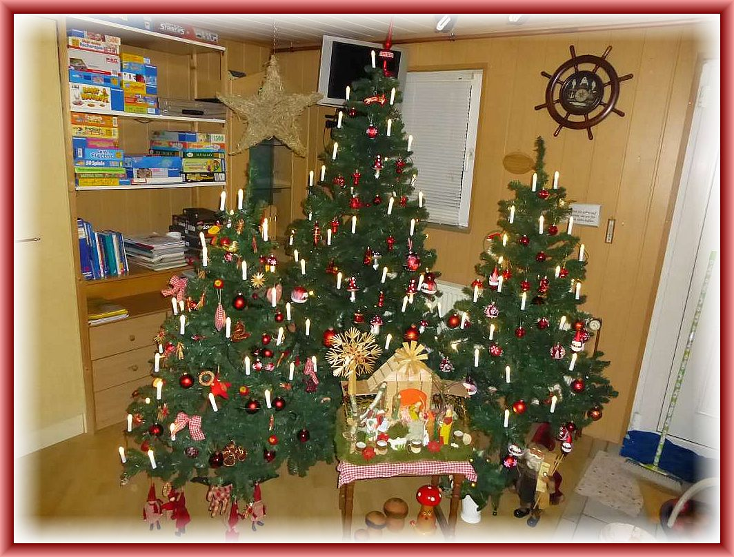 Ein kleiner Weihnachtswald liebevoll dekoriert erwartet seine Gäste.