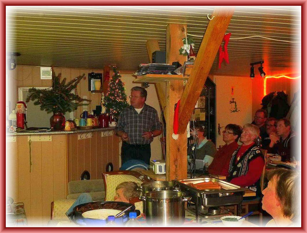 Ulrich Klein während seiner Power - Point - Präsention auf einer unserer vergangenen Weihnachtfeiern.